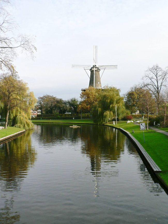 11月19日、デン・ハーグから列車で40分、ライデンで降りてシーボルト・ハウスを訪問した。日本とオランダの交流は1600年から400年になる。オランダの「黄金時代」と呼ばれる1600年代、日本は鎖国をしたがオランダは唯一交流を続けた国だった。オランダ東インド会社の拠点を置いた長崎の出島は、交易を行うだけでなく西洋の文化を知る窓口だった。フィリップ・フランツ・フォン・シーボルト(1796−1866年)はドイツのヴュルツブルクでドイツ医学界の名門家庭に生まれヴュルツブルク大学で医学、動物、植物、地理などを学んだ。東洋研究を志し、1822年にオランダのハーグで国王のヴィレム1世の侍医から斡旋を受け、オランダ領東インド陸軍病院の外科医官となった。1823年6月に出島のオランダ商館の医官として来日し、1828年に日本地図を持ち出そうとして国外退去に処されるまで、出島の鳴滝塾で西洋医学を教えた。また西洋医学だけでなく、動物学、植物学、地理学、鉱物学から実用品、美術品など幅広い分野で事物を収集。日本学の大家として世界に日本を紹介した。日本を世界に知らしめ、西洋文明を日本に知らしめた日本の歴史上の功労者の一人だ。シーボルトの娘、楠本イネ(1827−1903年)は日本で初めての西洋医学の女医。ライデンのシーボルト・ハウスは1830年にシーボルトが住居として購入し、日本のコレクションを展示したところだ。江戸時代の日本を海外で知ることができる見応えのある博物館だった。ザーンセ・スカンスは、オランダらしい風車が並ぶ光景を見ることができる小さな村だ。アムステルダムからザーンセ・スカンス村に近いKoog Zaangijkまで鉄道で20分足らず。駅から10分ほど歩くと川沿いに並ぶ風車が見えてくる。さらに5分ほど歩くと村に着く。風車を真近に見て、小屋の中で粉を造るところも見学できる。運河沿いに並ぶ住居が水に映える光景はオランダで一番美しかった。11月20日、バスでフォーレンダムとマルケン島を訪問した。フォーレンダムはゾイダル海沿岸にある漁村だったが干拓によってアイゼル湖沿岸の街になったとのこと。マルケン島も干拓によってアイゼル湖に面する陸続きの島になっている。どちらも漁業中心の街だったが現在は観光業が大きな収入源で民族衣装を着た人達を見ることができると聞いていたが、シーズンオフだったので、観光客だけでなく、街の人達もほとんど見かけなかった。オランダは九州ほどの面積だが、4分の1は海抜ゼロメートル以下にある。そのほとんどが平坦なボルダー地帯(干拓地)で農業、牧畜業の大半はボルダー地帯を利用したものだ。狭い国土を干拓によって拡大してきたオランダの姿をフォーレンダムとマルケン島で見ることができた。11月21日、ホステルをチェックアウトし、12:35発のエバー航空機でヨーロッパ最後の地アムステルダムを後にしてバンコク経由で台北に向かった。関連旅行記--欧州・バックパッカーの旅【73】 オランダ、ライデンのシーボルト・ハウス--http://4travel.jp/traveler/sasuraiojisan/album/10123463/欧州・バックパッカーの旅【74】 オランダのザーンセ・スカンス--http://4travel.jp/traveler/sasuraiojisan/album/10123636/欧州・バックパッカーの旅【75】 オランダのフォーレンダムとマルケン島--http://4travel.jp/traveler/sasuraiojisan/album/10123782/(写真はライデンの光景)