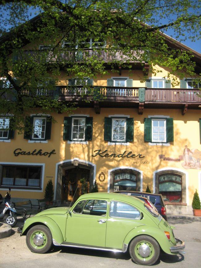 ザルツカンマーグートを船とバスで巡ろう・その1/5。<br />最初の街、ザンクト・ギルゲンに行ってきました。<br /><br />これから、<br />船とバスと電車でザルツカンマーグートに行かれる方は、<br />「オーストリアの休暇公式ガイドブック」というサイトに、<br />ザルツカンマーグートの情報があり便利です。<br /><br />船とバズの時刻表もあるので、私はフル活用し、<br />2時間ドラマの犯人並みに使いこなしました。<br />そんな様子がわかるこの旅日記。<br /><br />それでは、ザンクト・ギルゲンに行かれる方の<br />何かお役にたちますように。<br /><br />★こちらは、<br />プラハ(チェコ)<br />↓<br />チェスキークルムロフ(チェコ)<br />↓<br />ザルツブルグ(オーストリア)<br />↓<br />ザルツカンマーグート(オーストリア)<br />↓<br />ウィーン(オーストリア)<br />↓<br />ヘルシンキ(フィンランド)<br /><br />への一人旅日記たちです。良かったら、他の場所も見てください。