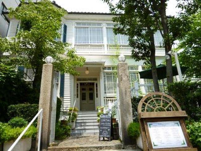 2011年7月22日(金)〜24日(日)神戸へ行きました〜♪<br />神戸は17年ぶり♪<br />1泊目は「北野ホテル」、2泊目は「ホテル ラ・スイート神戸ハーバーランド」。<br />ディナーもランチも怒涛のフランス料理。<br />どれも美味しかったでした〜♪<br /><br />☆Vol13:7月24日(日)昼☆<br />「ホテル ラ・スイート 神戸ハーバーランド」のマイルームで12時チェックアウトまでにゆったりと過ごす。<br />12時にタクシーで北野の異人館「グラシアニ」へ。<br />15分で到着。<br />素晴らしい建物の外観に感嘆。<br />極端にいえばカナダのプリンスエドワードっぽい。<br />すでにエントランスでにこやかにお出迎え。<br />入ると優雅な雰囲気に包まれる。<br /><br />さてコースは「ムニュ ヴェリテ」。<br /><br />@アミューズ<br /><br />@フォアグラのナチュールとアルティショー<br />ブルターニュ産若鶏腿肉のコンフィ<br />マルブレ仕立ての夏野菜のジャルディニエールとポロ葱のグラス<br />サマートリュフ添え<br /><br />@帆立貝と海の幸のブーダン仕立て<br />生トマトのマリネとクルジェットのラペ<br />アオリ烏賊のセジールとそのスミの泡<br />オリーブのいプードルとトマト水の吉野葛よせ<br /><br />@瀬戸内産舌平目のルーロー<br />ローリエの香り<br />夏キノコのエッセンスとソテー<br />アルベール風ソースとアーモンド乳のクーリ<br />ルッコラのクロロフィル<br /><br />@特別飼育のシャラン鴨「シャラン・ビジュー」のロティ<br />ルバーブ添え<br />生アンコールペッパー風味のジュ<br /><br />@フランス産のチーズワゴン<br /><br />@季節のアヴァンデセール<br /><br />@グラシアニ特製ワゴンケーキ<br /><br />@コーヒーと小菓子。<br /><br />という充実した内容のコース。<br />とても美味しく、見た目も素晴らしい。<br /><br />ひととき、神戸北野で優雅にフレンチを頂けたことにとても嬉しかった。<br />お出迎えのタクシーにて新神戸駅へわずか10分。<br />待たずに新幹線に乗って帰京。<br /><br />今回の神戸、とても素晴らしく、ディナーもランチも美味しかったでいた。
