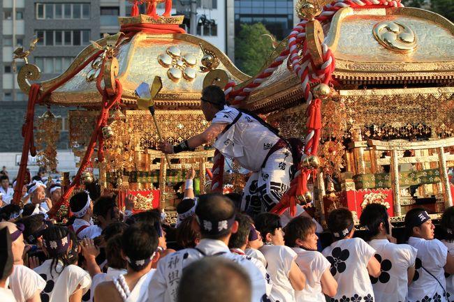 天神祭は、京都の祇園祭、東京の神田祭と並ぶ日本三大祭の一つ。<br />また、四天王寺別院の勝鬘院愛染堂の愛染祭(神式では愛染祭に替えて生国魂神社の生玉夏祭)、住吉大社の住吉祭と共に大阪三大夏祭りの一つでもあります。<br /><br />24日宵宮、25日本宮<br />
