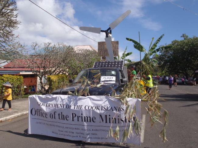 毎年7月末から8月初旬、クック諸島最大の国民イベント、Te Maeve Nui が開催されます。<br />Te Maeve Nui は、1965年8月4日、クック諸島がニュージーランド領から自治権を獲得した日を祝う、いわば「建国記念日」と同等の、祝福すべき日であります。<br />クック諸島15の島から、そして海外在住のクック諸島出身者たちが、この日のために、ラロトンガに集結し、民族舞踊&音楽の国ナンバーワンを競う大会が、国立競技劇場で、1週間にわたって行われます。<br />今年は、政府がサモアとタヒチのフェリーを借り、例年以上の盛り上がりを見せています。<br />7月29日のフロートパレードで、今年最大のイベントTe Maeve Nui2001が、はじまりました。<br />今年のフロート参加数、なんと40チーム! アバルアダウンタウンのメインロードはこのために閉鎖され、ほぼ1日中渋滞、仕事もままにならない日となりました。 <br /><br />今年のフロートテーマ、「グリーン」「エコ」をテーマにしたフロートが目立ってました。<br />さすがクック諸島政府、2020年までに100%再生可能エネルギー国家を目指すだけのことはあります。