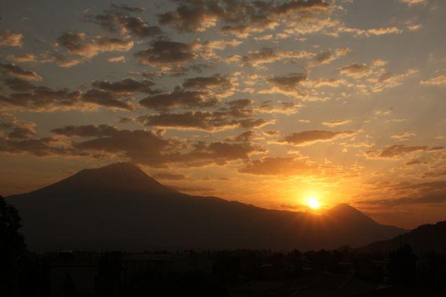 """聖書によると""""ノアの方舟""""が漂着したと伝えられる「アララト山」 大(5,137m)小(3,896m)二つの富士山より高い円錐型の綺麗な山容が平地から眺められます。その大「アララト山」のBC迄(標高3,425m)、トレッキングしてまいりました。五日間の日程で天候は概ね好天に恵まれましたが、午後2〜4時頃には決まってスコール的な雨と氷雨にも見舞われました、、、。<br />写真はドウバヤジット、宿泊ホテルより左、大アララト山 右、小アララト山、両雄上に輝く""""サンライズ"""""""