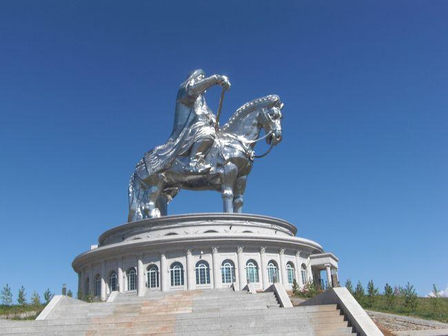 モンゴルに入国してモンゴル出国も列車でとトータル60時間の列車の中での観光になった。<br />国際列車は北京からウランバートルまでのK23が土曜と月曜ウランバートルから北京までのK24が木曜と土曜と6月から9月までは週2便でそれ以外は週1便らしい。<br />北京からモスクワまでのK3が水曜。モスクワから北京までのK4が日曜と1週間もかかるらしい。<br />モンゴルのツアーではチンギスハン村と博物館、ゲルの訪問でした<br />中国語は多少わかるが、モンゴル語は全然わからずいろいろジェスチャーでなんとか通じたが次からはモンゴル専門の旅行会社を通じてモンゴルを旅したいです。