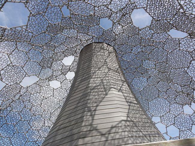 六甲ガーデンテラスに新しくできた施設<br />「六甲枝垂れ」<br /><br />六甲枝垂れ全体を覆う檜のフレームは、<br />太陽の日差しや雨が当たるのを和らげ、<br />冬には幻想的な樹氷の景色を見せます。<br />内部では、六甲の風や太陽の熱エネルギーを<br />活用する自然循環機能を取り入れています。<br />まるで建物自体が呼吸しているような<br />自然と一体となった展望台は、<br />山の上に立つ一本の大きな木のようです。<br />(パンフレットより)<br /><br />来年のNHK大河ドラマは「平清盛」で<br />兵庫県(神戸近郊)がメインなります。<br />六甲山頂100万$の夜景、有馬温泉、異人館、宝塚、手塚治虫記念館、<br />甲子園、須磨海水浴場、須磨水族館、パンダのいる王子動物園、<br />片道15分の奇跡「阪急電車」、超高級住宅街「芦屋六麓荘」、<br />等々、、、<br />是非来年はお立ち寄りください。<br /><br /><br /><br />