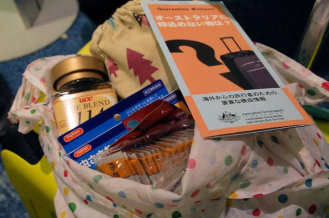 成田国際空港からシドニーまでの飛行時間は、およそ九時間でした。ビジネスクラスの旅はとても快適だったのですが、睡眠時間を確保できたわけではありませんでした。そのため、いよいよ寝不足を加速させることになってしまいました。<br /><br />なお、このアルバムは、ガンまる日記:( ロンドン + 香港 ) ÷ 2[http://marumi.tea-nifty.com/gammaru/2011/08/post-fa9d.html]とリンクしています。詳細については、そちらをご覧くだされば幸いです。