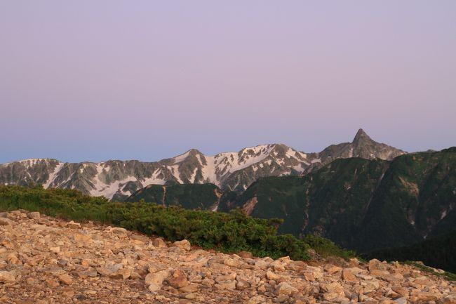 この夏の登山は、一年前からここにしようと考えていました。<br />標高差が千m以上あるので、この2ヶ月前からは会社の垂直移動も階段を使用する念の入れようです。<br /><br />やっと常念小屋について、そこでの景観の良さにすべての苦労が報われた感じでした。<br />翌朝は天気もよく、日の出を観賞し、目的の高山蝶(タカネヒカゲ、ミヤマモンキチョウ)の撮影も終えました。<br />すぐ横に常念岳が見えますが、当地で偶然お会いした蝶撮影の知り合いの助言で、山頂への往復は結構大変で、その後撮影する気力もなくなるとかお聞きして、パスすることにしました。<br />そこで朝の9時には、早々に一の沢まで下山となりました。<br />後半、同行の家内の脚は棒状態になりながらも、なんとか下山できました。<br />やはり、我々のレベルでは常念岳まで登っていると、下山する余力はなかった模様で、貴重なアドバイスを下さった方に感謝です。<br /><br />それでも、一ノ沢の駐車場の標高はたぶん1200mぐらいで、常念小屋が2466m(因みに常念岳は2857m)なので、1250m以上の標高差だったわけで、2009年の木曽駒ヶ岳・2010年の乗鞍岳とは比較できないくらい大変でありました。<br />とは言え、YODA夫婦は、2008年7月に火打山を、笹ヶ峰の方から長靴で登っていき、天狗の庭でギブアップして日帰りした経験があります。<br />このときの標高差は810mでしたが、途中に垂直によじ登るような場所もあり、山登りの大変さを痛感した体験があります。<br />その後上記のやさしい山での登山経験を積み、この2011年に北アルプスの高山蝶を目指して、標高差1000m以上にアタックすることになりました。