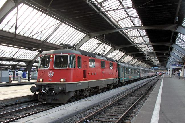 ポーランドでのSLは撮影とアウシュビッツ捕虜強制収容所の訪問、乗り継ぎを兼ねて香港とスイスのプチ観光?もをしてきました。<br /><br />スイスでは1泊2日と短い滞在ですが、「飛行機」と「鉄道」の撮影をしました。<br /><br />(行程)<br />8/4 羽田→香港→<br />8/5 チューリッヒ<br />8/6 チューリッヒ→ワルシャワ<br />8/7 ワルシャワ→クラクフ<br />8/8 クラクフ→<br />8/9 ポズナン→ボルシュティン<br />8/10 ボルシュティン→ワルシャワ<br />8/11 ワルシャワ→フランクフルト→<br />8/12 香港→羽田<br />