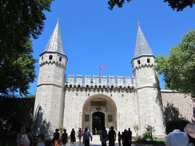 1日目は、初めて乗った「エティハド航空」についてのリポート<br /><br />今回は、初めてのトルコの地「イスタンブール」での半日の様子。<br /><br />以下、ガイドさんから旅行中に聞いたトルコのあれこれ。<br />今までいかにトルコについて知らなかったか、<br />知らないまま旅行に来たか、<br />う~~~ん、と唸ってしまうこと多々あり。<br /><br />∞∞∞∞∞∞∞∞∞∞∞∞∞∞∞∞∞∞∞∞∞∞∞∞∞∞∞∞∞<br /><br />そもそもトルコって、<br />名君ケマル(後にアタテュルクと呼ばれる)の大改革によって<br />近代化へと一気に進みトルコ共和国になったのが1923年<br /><br />その前は、オスマントルコ<br />更にその前はビザンチン帝国、<br />ローマ帝国~ペルシャ~ヒッタイト~トロイ全盛期(中略)<br /><br />歴史の要となる大舞台として常に関わってきた場所。<br />歴史にはとんと疎い私だが、<br />さすがにこれらの単語は聞き覚えがある。<br /><br />また、意外と知られていないが、<br />■良質なオリーブの産地・・・ネームバリューがない為、<br />販路確保が難しいとか<br /><br />■チューリップの原産地・・・<br />オランダのチューリップも、元はトルコから。<br />トルコの国花でもある<br /> ヨーロッパへ伝来する時に誤ってチュルバン(ターバン)と<br />伝わった為、チューリップという名に定着。<br /> 国内の宮殿やモスクのタイル模様の代表的モチーフの1つ。<br /><br />■国民の大多数がイスラム教徒・・・<br />過激派とは無縁 <br />平和主義で論理的倫理的実用的規則に守られている<br />至る所にモスク(礼拝堂)があり、荘厳な景観を作っている。<br /><br />■ノアの方舟が漂着したというアララト山も、この国にある。<br /><br />■北は黒海、<br /> 南は地中海に面し、<br /> 西でブルガリア、ギリシャと、<br /> 東でグルジア、アルメニア、イラン、イラク、シリアと接す<br /><br />■日本との時差・・・現在サマータイムの採用で-6時間<br /><br />■各地に遺跡がある。<br /> あり過ぎて、新しい施設を作る妨げになるほど。<br /> 今も、出てきた遺跡をなかったことにして<br /> どうやって新しい建設を進めるかに苦慮していると、<br /> 笑えそうで笑えない話。(^_^;)<br /><br />∞∞∞∞∞∞∞∞∞∞∞∞∞∞∞∞∞∞∞∞∞∞∞∞∞∞∞∞∞<br /><br />トルコに入って初日の今日は、<br />世界遺産【イスタンブール歴史地区】の一部<br />・トプカプ宮殿(ハレム除く)<br />・グランバザール<br />・エジプシャンバザール