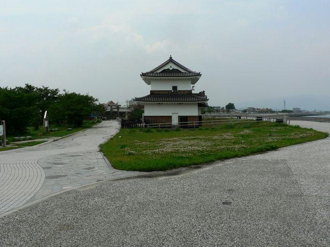 九華公園(きゅうかこうえん)は、桑名市にある公園で桜、つつじ、花菖蒲の名所として知られ、桑名市民の憩いの場として親しまれている。<br />九華公園は桑名城跡を公園として整備したもので、桑名城ゆかりの遺構を見ることができる。堀は公園全体の約6割を占め水が張られて堀上には橋が架けられている。<br />明治維新に桑名城は焼け落ち荒廃していたが、1928年に楽翁公(松平定信)没後百年祭を記念して、本丸・二之丸一帯が九華公園として整備された。松平 定信(まつだいら さだのぶ1759−1829年)は、江戸幕府第8代将軍・徳川吉宗の孫で第11代将軍・徳川家斉のもとで老中首座・将軍輔佐として寛政の改革を行った中心人物だが1812年に伊勢国桑名藩に隠居し楽翁と号した。<br />1942年に、「桑名城跡」が三重県指定文化財・史跡となり周辺には本丸跡 、天守閣跡、鎮国守国神社 、辰巳櫓跡、神戸櫓跡、ニ之丸跡、奥平屋敷、ニ之丸堀、三之丸跡などがある。<br />七里の渡に面して桑名を象徴する蟠龍櫓(ばんりゅうやぐら)が復元され水門統合管理所となっている。歌川広重の浮世絵「東海道五十三次」でも、海上の名城と謳われた桑名城の象徴として蟠龍櫓を描いている。「蟠龍」とは、天に昇る前のうずくまった状態の龍のことで水を司る聖獣、航海の守護神として据えられたものと考えられている。 <br />中国には九華扇という扇があり、桑名城の通称が扇城であること、九華は「くわな」と読むことができることから城の通称と「くわな」の読みにかけて九華公園と名づけられたと言われている。<br />水門統合管理所建設の際、蟠龍櫓(ばんりゅうやぐら)を復元して管理所として使用しようとの発想は観光遺産の景観保存と管理事務所機能を兼用したものですばらしいと思った。<br />(写真は九華公園)<br />