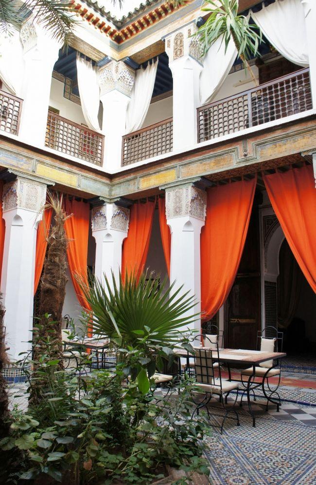 このブログは、<br /><br />おしゃれリヤドで素敵な夢を♪inモロッコ=☆古都フェズ編...VOL.2<br />http://4travel.jp/traveler/sfsu/album/10592931/<br /><br />の続きです...<br /><br />迷宮の街フェズをあとに、今日は一路マラケシュを目指します!<br />マラケシュまでは、カサブランカを経由して7時間余り<br /><br />旅立ちの朝、まだ目覚めていないメディナの中をぐるっとお散歩♪<br />早朝は、空気が冷たくて快適です☆<br /><br />マラケシュへ行く列車の出発は、午前8時50分!<br />そして、まさかこの日が、この旅最大の受難の1日になるなんてぇぇぇ〜(涙)<br /><br />長い長い1日の始まりです... <br /><br />快適にスタートしたはずの列車の旅でしたが、いきなりカサボヤージュで運行停止...<br />頭の中をぐるぐる代替案が巡り、場合によっては、バスかグランタクシーで行こうかと最悪のパターンも考えましたが、カウンターで交渉の末、2時間後に発車するマラケシュ行きに乗れることに...<br /><br />そして、無事、後発の列車には乗れたものの、先程の列車の積み残しの乗客も乗せているので満席!<br />調子のいいモロッコ人のお兄ちゃん達が、同じコンパートメントでぎゃーぎゃー騒ぐ中、ひたすらがまんがまん...<br />「絶対この人達1等のチケット持ってない!」と確信していましたが、案の定、検札の係員に追い出され、コンパートメントは、私達とイギリス人夫妻、モロッコ人のご夫人方のみになり一転静かに...<br /><br />そして、本当の苦行はここからがスタート!<br />暑くて暑くて、コンパートメントはサウナ状態...(汗)<br />もともとサウナに弱いのに、この状態で3時間は辛すぎ...<br /><br />この時期の列車の旅は、かなり勇気が必要です!<br /><br /><br /><br /><br /><br /><br />