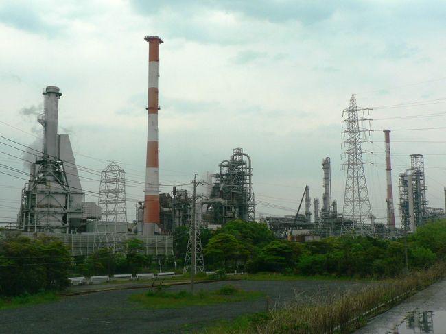 日本で最初の石油化学コンビナートを誘致した四日市コンビナート(よっかいちコンビナート)は、 第1コンビナート、第2コンビナート、第3コンビナートの順番で造成され日本の高度成長期の象徴的な存在だったが公害問題を顕在化させた代表的な地域にもなった。<br />四日市港(よっかいちこう)は2004年、名古屋港と共に伊勢湾におけるスーパー中枢港湾に指定されている。<br />幕末以降、伊勢湾最大の商業港として発展し1950年代に日本初の本格的石油化学コンビナートが立地すると、典型的な工業港となった。<br />四日市港周辺は戦前までは四日市市の中心部でJR四日市駅の高架化計画とともに四日市港の再開発計画がある。<br />四日市コンビナートは文明の成長の光と影を見る思いだった。<br />(写真は四日市コンビナートの工場)<br />