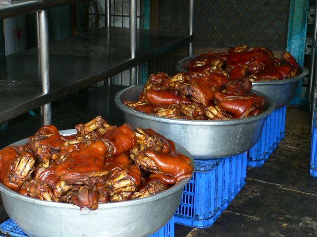 萬巒といえば台湾では猪脚=豚足の醤油煮で有名な町。<br />古くから客家系民族が多く住む町で、今では萬巒猪脚街とまで言われるほどです。<br />この豚足タウンのことを知り、行ってみたいなぁと思いつつ早くも5年以上。<br />ようやく台湾を旅行する機会が訪れ、萬巒へ旅してきました。<br />萬巒のある屏東県は毎年「豚足祭り」をするほどですし、日本人の間でも結構有名ですが、一応、行き方などを順を追ってレポートします。<br />ニンニクの辛みがたっぷりの濃厚なたれにつけてぷみぷみとした豚足を頂いてきました。<br />