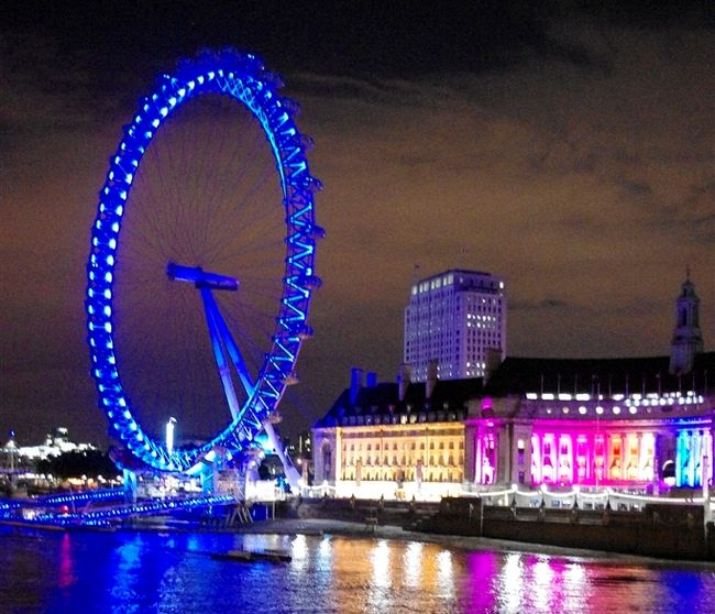 夏休みどこ行こう〜〜?<br />と悩んだ結果、ロンドン4泊+ローマ3泊にしました。<br /><br /><br />ロンドンは大好きな街。<br /><br />1回目は2008年10月に新婚旅行で<br />http://4travel.jp/travelogue/10414914/<br /><br />2度目は2009年11月<br />http://4travel.jp/travelogue/10420050/<br /><br />と、両方秋。<br /><br />『夏のロンドンは日が長く夜遅くまで公園で遊べる』<br />とのことで、夏休みに行ってきました。<br /><br />後半はローマに3泊♪<br />http://4travel.jp/travelogue/10604787