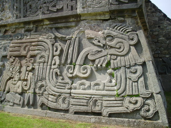 ソチカルコ遺跡<br /><br />メキシコシティから車で1時間半 くねくね曲がった道で、少々車酔いしてしまいましたが、<br /><br />小高い丘陵地帯にある、ひっそりとしたピラミッドの遺跡があり、神殿の基礎の四方に、保存の良い<br />浮彫が残っていました。これは、すばらしいものでした。