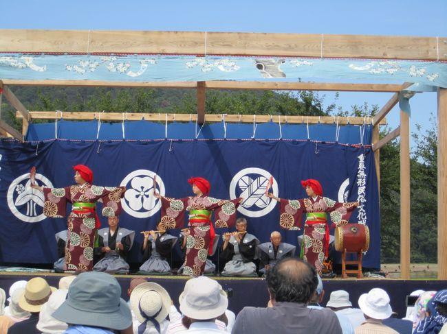綾子舞は、柏崎市の中心から南へ16km離れた鵜川大字女谷の<br />2つの集落(高原田・下野)に約500年前から伝承されてきた<br />古雅な芸能です。<br />綾子舞は女性によって踊られる小歌踊と、男性による囃子舞、<br />狂言の3種類からなっています。<br />頭に、ユライという赤い布をかぶり、美しい扇の手振りと、<br />足をあやにして踊る綾子舞は、扮装や振り・歌詞などが、<br />出雲のお国一座などが始めた女歌舞伎の踊りに極めて似ており、<br />また、狂言にも現存の流派の曲目になく、若衆歌舞伎の演目に<br />あるものを伝えていることなど、初期歌舞伎の面影をよく残し<br />ているといわれています。<br />昭和51年5月4日、芸能史上きわめて価値の高いものと認め<br />られ、国の重要無形民俗文化財に指定されました。<br />地元では、綾子舞の由来について幾つかの説がありますが、今から<br />約500年前の永正年間、越後の守護「上杉房能(ふさよし)」が<br />臣下の長尾為景に討たれた際、房能の奥方であった「綾子」の方<br />が女谷に落ちのび、伝えたものであるという説と、「北国武太夫」<br />という武士が、京都北野神社の巫女(みこ)、「文子(あやこ)」の<br />舞いを伝えたとする2つの説が有力であり、囃子舞と狂言につい<br />ては、江戸時代中期に京都の寺侍・茂田茂太夫という狂言師の夫婦<br />によって伝えられたものであるといわれています。<br />毎年9月の第2日曜日に、伝承地の柏崎市大字女谷で「綾子舞現地<br />公開」を行っています。<br /><br />柏崎市のホームページより