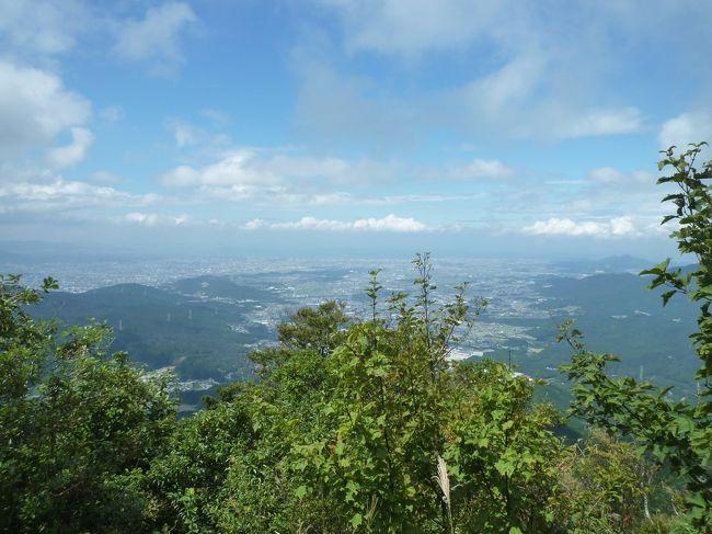 ある日のランチ中、<br />「なんか山とか登ってみたいですね~」とのつぶやき。<br /><br />同じ職場の女子4人で、初めての登山に挑戦してきました!<br /><br />さぁどの山に挑もうか・・・調査開始。<br />まぁ初心者だし、ちょっと自然に触れられたら満足だよね~という気持ちで、<br />福岡では小中高生の遠足コースとして有名な、太宰府宝満山に決定!<br />福岡出身でないまあこと、初耳のお山でした。<br /><br /><br />とはいえ、学生時代の遠足から10年以上が経過。<br />装備も道具も何もない。<br />何より気力・体力は持つのだろうか??<br /><br /><br />そんな不安に勝る、この高揚感!<br />幼き日の遠足を待ちわびる気持ちを思い出しました☆<br /><br />さー!<br />日頃のストレス、全部山においてくるぞー!!<br /><br /><br /><br />