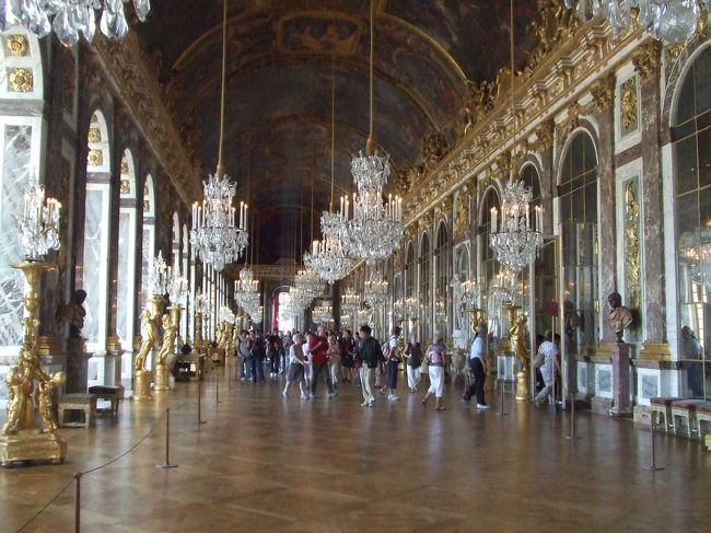 6日目、午前中はヴェルサイユ宮殿を訪れる半日ツアーに参加、午後はパリ市内を散策しました。