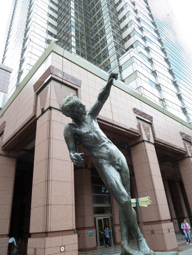 """東京・渋谷区恵比寿にある「恵比寿ガーデンプレイス」に用事があり<br />早めに出かけ園内を散策してみました。<br />この場所は、サッポロホールディングス?の恵比寿工場跡地を1994年(平成6年)に再開発し恵比寿ガーデンプレイスとして開業したものです。ショップ・レストラン、ホテル、記念館、美術館、公園など様々機能を兼ね備えた""""街""""を構成しています。<br />夕方からは『恵比寿 麦酒祭』が開催されました。 <br />"""