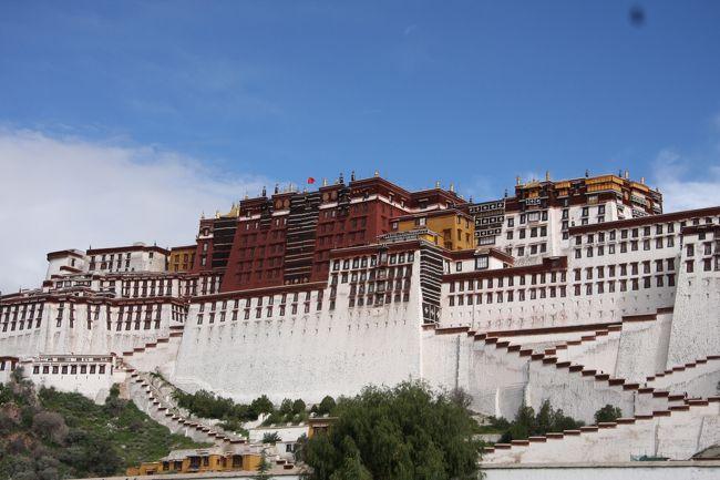 セブンイヤーズインチベットを見てからずっとチベットに行きたかった。<br /><br />世界最高所を走る青蔵鉄道が開通してからはもっと行きたくなった。<br /><br />そして念願かなってようやっとチベットにいけた。<br /><br />西寧〜青蔵鉄道でチベット(車窓1泊)〜ラサ〜ヤムドク湖〜成都<br /><br />時間がないため日本から西寧の旅行会社に連絡して、青蔵鉄道や外国人許可証は手配していく。<br /><br />西寧のホテルに鉄道と外国人許可証をもってきてもらった。<br /><br />個人で青蔵鉄道の予約を日本からしようかと思ったがなかなか難しかった。<br /><br />10年近く思い続けたチベットへの道の詳細なお話はこちら↓<br />http://yukinnko21.blog17.fc2.com/blog-entry-224.html
