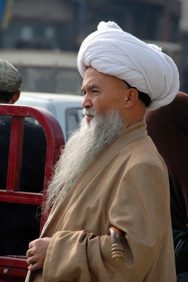 10月1日の続き。<br />街を歩くと、バザールの熱気がドンドン盛り上がっているのが判ります。<br />そんな中、威風堂々とした地元イスラム教の宗教指導の長「アホーン」を見かけました。<br />風格があって、なんとも言えず格好良いですね。<br /><br />散策を終えたこま達一行は、昼食をお呼ばれした後に莎車へ向かう訳ですが、岳普湖組が、「隣町の墨玉県の知人に会ってから帰りたい」と言い始めました。仕方がないので同意しましたが、中国習慣で何かと長引くのを知っているので、今日中に帰る事を念を押しました。<br />果たしてどうなるのでしょうね。<br /><br />この旅行記では、出発する所までお届けします。