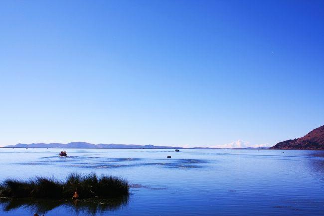 ペルー旅行7日目。<br />今回の旅も実質残り2日。<br />いよいよ終わりが近くなってきました。<br />この日はティティカカ湖に浮かぶトトラ(葦)の島、ウロス島を観光します。<br />島に至るまでの船からは一面の青い空、青い湖・・・。<br />目的地の島では、観光のためとは分かっていながらも、一生懸命相手をしてくれるウル族のおばさんに心を洗われます。<br /><br />そして旅の仲間とも別れ、ついにひとりぼっちに・・・。<br /><br /><旅程表><br /> 2011年<br /> 7月15日(金) 成田→ヒューストン→リマ<br /> 7月16日(土) リマ→ピスコ(ナスカの地上絵フライト)→リマ<br /> 7月17日(日) リマ→クスコ<br /> 7月18日(月) クスコ→マチュピチュ<br /> 7月19日(火) マチュピチュ(ワイナピチュ登山)→クスコ<br /> 7月20日(水) クスコ→プーノ<br />○7月21日(木) プーノ(ティティカカ湖)→アレキパ<br /> 7月22日(金) アレキパ→リマ→<br /> 7月23日(土) →ヒューストン→<br /> 7月24日(日) →成田