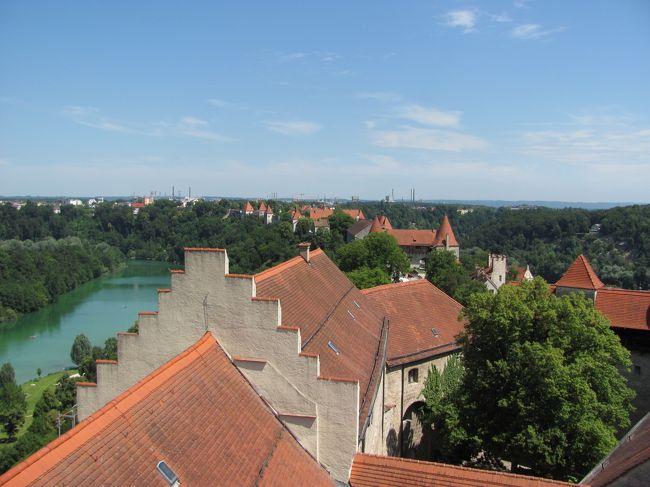 6年ぶりに四泊六日ではありますが、ドイツへ行く機会に恵まれました。<br /><br />以前お世話になった方々のところを訪問することと、<br />まだ行ったことがないところを行くことが、今回の目的です。<br />目的地は、ラインラントプファルツ州のMaria Laach(マリア ラーハ)と<br />Schloss Buerresheim(ビュレスハイム城)、Wuerzburg(ヴュルツブルグ)のResidenz(レジデンツ)、<br />Nuernberg(ニュルンベルグ)のDoku-zentrum(ドク−ツェントルム)、Burghausen(ブルグハウゼン)です。<br /><br />6/22は、Burghausenを訪れます。<br />Burghausen城は、欧州で一番長い城なのですが、ガイドブックにも載ることがほとんどなく、ドイツ人もあまり知らない場所です。オーストリアとの国境にあり、町中の川向こうはオーストリアでした。<br />先史から既に人が定住し、1027年から1164年まではBurghausen侯が治めていたそうです。その頃には、現在の城の南端あたりに石造りの城と城壁と教会が築かれたそうです。短期間のWelfen家の統治の後、城はWittelsbachの手に渡り、南側の城の先端の麓に関所を設けたそうです。バイエルン公Otto二世は1235年に重要な関所や市場であったBurghausenを街に格上げしたそうです。ハインリヒ三世の頃、Burghausen城はBayern-Landshut公の第二の居城となったそうです。そしてハインリヒ三世はBurghausen城南端の本丸に豪華な住居を建てたそうです。また、その隣に礼拝堂も建てたそうです。14世紀中には城山にどんどん城塞が整えられていったそうです。城壁は、本丸から三の丸までが14世紀はじめまでに整えられ、1387年の記録には1km以上になる現在の城の北端までの城塞が既に出来ていたそうです。Bayern-Landshut公最盛期のHeinrich14世、Ludwig9世、Georgと言う三世代が治めた15世紀には、更に建築が進み、現在の城の外観が出来、バイエルンでも一番強力な城塞となったそうです。Landshut継承戦争(1504〜1505)の後、Bayern公国が統一されると、Burghausen城はその第二の居城としての地位を失ってしまったそうです。<br />