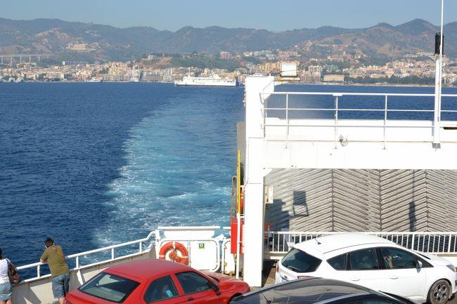 22日はシチリア島からイタリア本土への移動日です。タオルミーナを朝8時に出発して、フェリー乗り場のあるメッシーナに向かいました。メッシーナで車ごとフェリーで20分くらいで本土へ上陸です。その後はずっと高速道路を走り、夕方アルベロベッロへ到着しました。バスに乗りっぱなしの一日でした。観光はありませんでした。