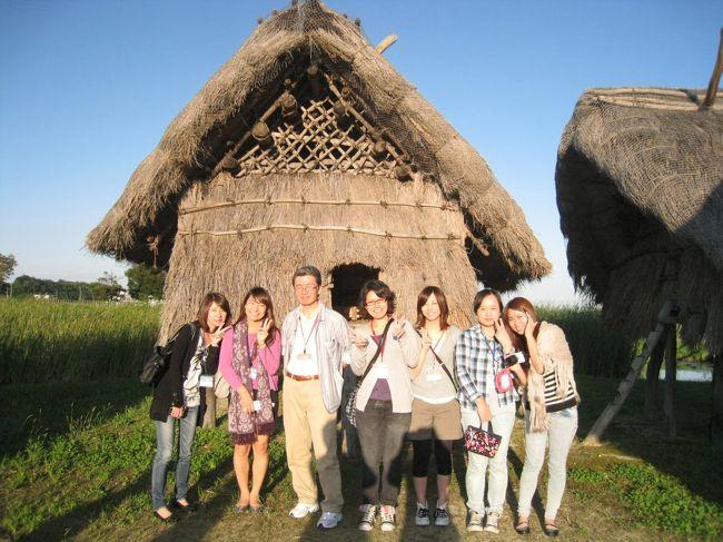 110923-24 留学生20名あまりを連れて国東半島を旅行してきました。国東氏安国寺にある「国東市歴史体験学習館」での勾玉作り・火おこし体験に童心に戻って熱中し、高床式住居などを見学して古代の日本にタイムスリップ、その日は国東市の職員の方々と懇親会をして交流。<br /><br />「国東市歴史体験学習館」→ http://web.city.kunisaki.oita.jp/yayoinomura/taikengakushukan.jsp<br /><br /><br />翌日は、町おこしの富来開運ロードを富来開運橋から富来城址、萬弘寺、八坂神社など3キロの行程を散策しました。佐賀唐津の宝島と同じく宝くじの開運を売り物に町おこしをしようという地元の方々の熱い思いが伝わってきます。そのあと両子寺を見学、12年目の開帳の年にあたった文殊仙寺で護摩焚祈願を体験、天台宗の密教文化のミステリアスな雰囲気に留学生も興味津津のようでした。<br /><br />富来開運ロード → http://www.tomikuru.net/aboutus.html<br />両子寺     → http://www.futagoji.jp/<br />文殊仙寺    → http://www.monjyusenji.com/<br /><br /><br />午後3時に国東を出て福岡へ、予定通り6時前には博多駅に到着、解散しました。<br /><br />今回の国東半島研修旅行は、六郷満山文化の寺社・仏閣や弥生文化の足跡など、思いがけなく様々な日本文化の奥の深さに触れることが出来て大満足の旅になりました。みなさんも一度行かれることをお勧めします。