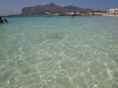 16日間の美食とビーチバカンスのシチリア!Vol58(第9日目午後) ☆エガディ諸島:ファヴィニアーナ島(Favignana) ファヴィニアーナのビーチ「Lido Burrone」から幻想的な風景の中で有名なビーチ「Cala Rossa」へ目指して♪