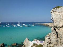 16日間の美食とビーチバカンスのシチリア!Vol59(第9日目午後) ☆エガディ諸島:ファヴィニアーナ島(Favignana) ファヴィニアーナの有名なビーチ「Cala Rossa」で優雅に過ごす♪