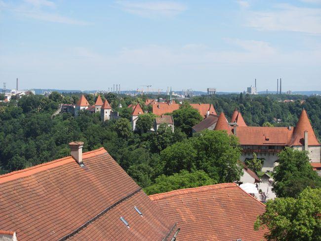 6年ぶりに四泊六日ではありますが、ドイツへ行く機会に恵まれました。<br /><br />以前お世話になった方々のところを訪問することと、<br />まだ行ったことがないところを行くことが、今回の目的です。<br />目的地は、ラインラントプファルツ州のMaria Laach(マリア ラーハ)と<br />Schloss Buerresheim(ビュレスハイム城)、Wuerzburg(ヴュルツブルグ)のResidenz(レジデンツ)、<br />Nuernberg(ニュルンベルグ)のDoku-zentrum(ドク−ツェントルム)、Burghausen(ブルグハウゼン)です。<br /><br />6/22は、Burghausenを訪れます。<br />その八でBurghausenを御紹介しきるつもりでしたが、写真が多く二つに分けることに。<br />本丸を見学し終わりましたので、二の丸以降と旧市街を歩きます。<br />なお、旧市街については、http://www.altstadt-burghausen.de/の情報を主に参考にしています。<br /><br />追伸<br /> 旅行記は随分前から作り始めていたのですが、諸事情から中断し、今頃の上梓となりました。何卒ご理解を賜りますようお願い申し上げます。