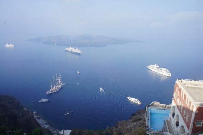 9月20日晴れ<br />日本を出るとき20日は晴れ時々雨の予報でしたが、今日は晴天でしかもめちゃくちゃ日差しがキツイ。<br />日焼け止めタップリ塗って出陣です。<br /><br />サントリーニ島は三泊四日。<br />ホテルはフィラ→フィロステファニー→イアとそれぞれ変えます。<br />イタリアのアマルフィーなどは複数の宿泊でないと予約を受け付けてくれませんが、ここではほとんどが一泊でもOKで、数日泊まれば割引のホテルもあります。<br /><br />サントリーニ島での予定はビーチには行かずに町並みだけを堪能することに専念します。<br />前記三箇所を移動するのは、それぞれのホテルを楽しむだけでなく、それぞれの街をじっくり味わうのも目的です。<br />早朝、深夜などにはその場所に泊まらないと味わえない雰囲気があります。<br /><br />フィラは朝から街中を歩き回り昼過ぎに次の街に移動します。<br />次の街へはバスで移動する予定でしたが、ホテルの奥さん(江戸っ子風のカトリーヌ)が、「そんなのホテルに電話すると迎えに来るよ!昼過ぎに戻ってきたら電話してあげる♪」と言ってくれたので安心して街に行く事にしました。<br /><br />といってもフィラの街は小さいので昼迄の四時間、一点集中型で堪能する事にしました。<br /><br />とりあえず誰もが最初に行くのがメトロポリス教会といってもわからないと思うのですが例の真っ白な大きい教会です。<br />そこに到着すると未だ9時ごろなのに観光客がパラパラ。どちらかと云えば早起きの東洋人の比率が多い。<br />午前中はまだこの辺りは太陽があたらないので日陰になります。<br />写真を撮ってもイマイチかも。<br />といいながらダラダラ、ぶらぶら、ボチボチと約4時間を費やしました。<br /><br />youtube<br />http://www.youtube.com/watch?v=ny1tI_OTU9s<br /><br />幸せな顔がいっぱいのギリシャ旅行記索引<br /><br />ギリシャ旅日記(全8編)<br /><br />◆幸せな顔がいっぱいのギリシャ・( ̄∀ ̄)・① エミレーツって評判はいいけど・・・!?編<br />http://4travel.jp/traveler/liondor206blue/album/10607147/<br /><br />◆幸せな顔がいっぱいのギリシャ・( ̄∀ ̄)・②迷路のような路地が素敵なミコノス島に感激編<br />http://4travel.jp/traveler/liondor206blue/album/10607723/<br /><br />◆幸せな顔がいっぱいのギリシャ・( ̄∀ ̄)・③午後ミコノス島からサントリーニ島に高速艇で移動する編<br />http://4travel.jp/traveler/liondor206blue/album/10609986/<br /><br />◎幸せな顔がいっぱいのギリシャ・( ̄∀ ̄)・④エーゲ海といえばあの教会。フィラ~フィロステファニー編<br />http://4travel.jp/traveler/liondor206blue/album/10610073/<br /><br />◆幸せな顔がいっぱいのギリシャ・( ̄∀ ̄)・⑤イメロヴィグリって穴場かもよ~オイアって書いてイアって読む編<br />http://4travel.jp/traveler/liondor206blue/album/10611426/<br /><br />◆幸せな顔がいっぱいのギリシャ・( ̄∀ ̄)・⑥サントリーニ島の<br /> イアからアテネに飛んだらストライキに遭遇編<br />http://4travel.jp/traveler/liondor206blue/album/10612419/<br /><br />◆幸せな顔がいっぱいのギリシャ・( ̄∀ ̄)・⑦アテネのパルテノン神殿の凄さに鳥肌が立つ編<br />https://ssl.4travel.jp/tcs/t/editalbum/edit/10613047/<br /><br />◆幸せな顔がいっぱいのギリシャ・( ̄∀ ̄)・⑧アテネから帰国+<br /> 買物編<br />https://ssl.4travel.jp/tcs/t/editalbum/edit/10614841/<br /><br /><br />