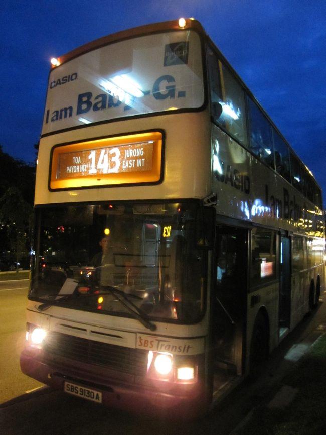 慌しいインド出張を終え、シンガポールに戻ってきました。<br /><br />1日は仕事でしたが翌日は週末。<br />昼間は同僚とゴルフに勤しみ、夕刻、町に繰り出します。<br /><br />「町を知るにはバスが一番」と、のんびりダブルデッカーのバスに乗りながら(ロンドンを思い出すなぁ)<br />シンガポール一の繁華街、オーチャードへ向かいます。