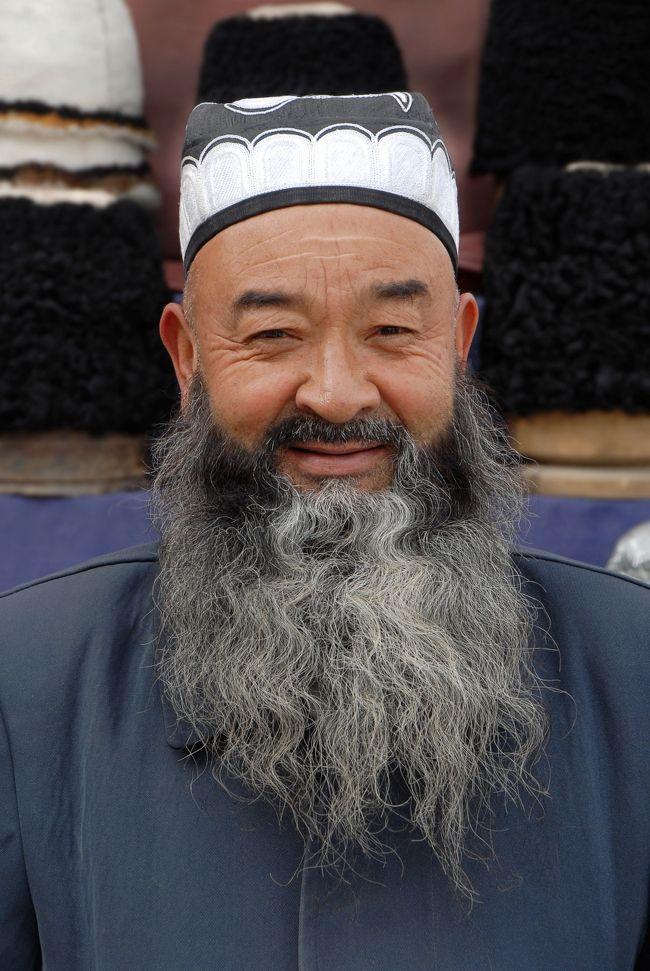 10月11日。<br />先ず、「阿曼尼沙汗記念陵(叶爾羌汗国王陵・阿勒屯麻扎(イエアルチャンハン国王陵・アルトゥンマザール))」の近所にある蘇碧恰大巴扎に行き、針金鬚オヤジの帽子店に立ち寄って、昨日撮った写真を渡してきます(今朝出来上がりました)。<br />その後、記念陵を見に行きます。<br />(マザール:お墓として用いられますが、イスラムに於いて「訪れるべき聖地」を意味するようです)<br /><br />帰りに立ち寄った人民公園では、中にあった「スリックカート」で遊んで、人民公園近くだった「画家爺ぃさんの生家」にも立ち寄って来ました。<br /><br />初めて莎車に来たのは1996年でした。<br />マザールも爺ぃの生家も、その時に訪れて以来の訪問です。<br />マザールは、莎車には何度か来ていたものの、いつでも来られる来られると思ってて、何だかんだとやっているウチに訪れられなくなっていましたが、ようやく来てみると、、、<br /><br /><br />画像は、叶爾羌汗国王サイード・ハンの銅像では有りません♪