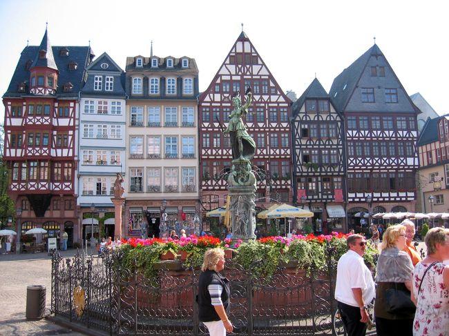 """初ヨーロッパのドイツ旅行ハイライト、最後の都市はフランクフルト。 2週間前ここに降り立った空港でリサイクル紙のトイレットペーパーの色にみとれ、バックパックを空港のトイレに忘れたのは記憶に新しい。が、それは置いといて・・・(^^;フランクフルトは中世には商業と交易で栄えた独立した帝国自由都市で、1562年より歴代ドイツ皇帝の戴冠式を執り行ってきた事からもその力を伺い知ることができる。 戦後は近代的な都市として蘇った。 ドイツでは珍しく高層建築の林立する都市である。フランクフルトはヨーロッパ最大級の空港を擁し、ドイツの空の玄関となっている。 ライン川の支流であるマイン川に面し、人口65万人。 EUにおける金融システムの中枢である欧州中央銀行を筆頭に、400を超す銀行およびドイツ最大の証券取引所のある金融と商業の街である。 市内には高層ビルの立ち並ぶ""""マインハッタン""""(マイン川のほとりにあり、同じく高層ビル街のニューヨーク「マンハッタン」をもじって)がある一方、歴史的建造物である木骨造りの家やゴシック建築の大聖堂が今なお残っている。 文豪ゲーテを生んだことでも知られるこの都市は、現代と伝統が見事に調和している。 マイン川の向こうは、下町情緒溢れるエリアで、地元の人々が名物のりんご酒を味わう居酒屋が軒を連ねている。"""