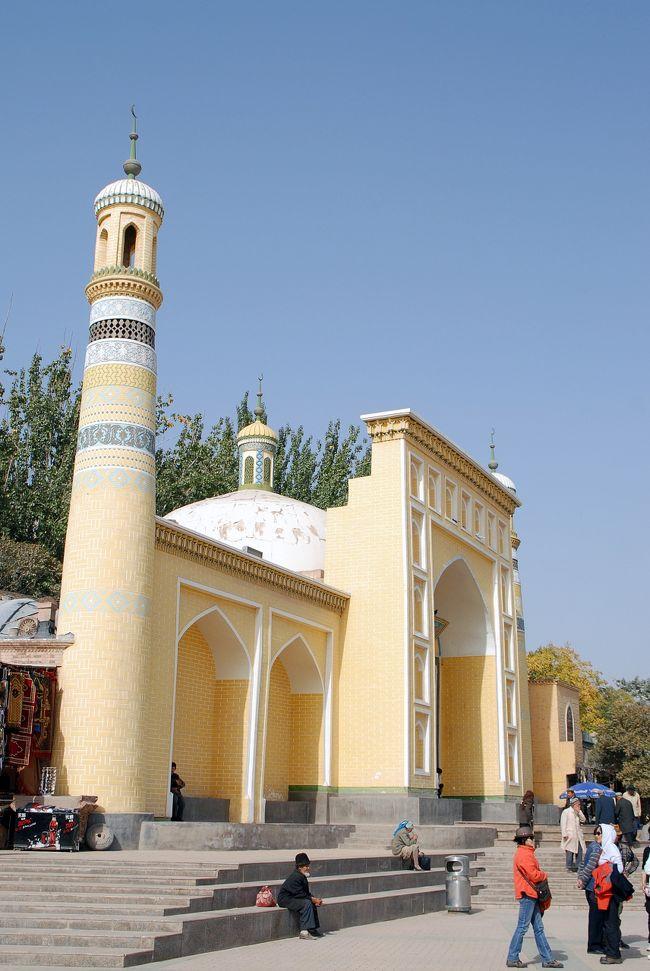 10月15日の続き。<br />ぶらり喀什の第2集です。<br /><br />喀什のメジャースポットでもある、新疆で最大のスケールを誇る「艾提噶爾清真寺(エイティガールモスク)」とその周辺を、友人が来るまで散策します。<br /><br />清真寺の南側の「吾斯塘博依路」にある商店街や、その先から南下する「庫木代爾瓦扎路」にある職人街も少し入って行きました。<br />友人から連絡が来たので、一旦清真寺前の広場まで戻り、一緒に昼食がてら談笑しました。<br /><br />その後、再度職人街を通ってホテルへと戻りますが、そこは第3集でお届けする事として、先ずは立派な清真寺「エイティガール大寺院」を見てみましょう。