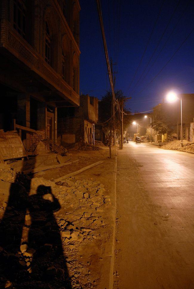 10月15日の続き。<br />ぶらり喀什の第4集です。<br /><br />爺ぃ達と別れて、1人人民公園を東へ突き抜けて、天南路から人民東路へ進んで「高台民居」へ向かいたいと思います。<br /><br />その後、かなり暗くなりましたが、老街景区をドキドキしながら歩いていると、偶然出てきたのは人民公演前に立っている毛沢東の石像横。<br />真っ直ぐ南下して観覧車の手前に出るつもりでしたが、道が緩く曲がっていたので、思いも寄らない近道になりました♪<br /><br />では、35日間の最後の散策に出掛けたいと思います。<br /><br /><br />尚、最後の観光画像と言う事で、頑張ってパノラマ画像を4つ程入れてみました♪