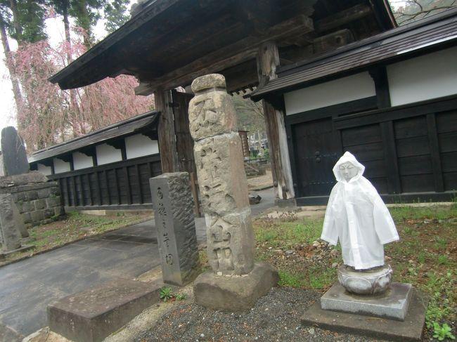 2010(H22)年、春。母と二人で角館の桜見物に出かけました。<br /><br />東北の春は東京に比べて少し肌寒かったかな。<br /><br />夜行バスに乗って、早朝に到着。駅から歩いて10分程のところに朝から開いているお風呂やさんがあったので朝風呂して。<br /><br />いざ町歩き開始です(^^)