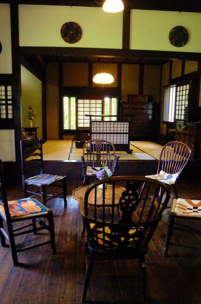 松本城でみんなと合流し、朝の散歩に続いて松本の街歩き第二弾。<br />松本民芸家具のショールームや松本ならではの飴屋さん、<br />そして松本民芸館を堪能~<br />その後は安曇野の登録有形文化財の古民家でそばの昼食をとり<br />お菓子工場の見学、定番のわさび田を満喫しつつ、宿泊地の信州新町へ向かった。