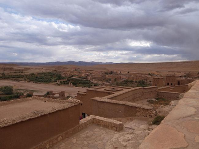 モロッコの旅のハイライトの一つである、マラケシュからワルザザートへの、オート・アトラス山脈越えです。険しい山をぐるぐる回っていく道を突っ走る、迫力満点のドライブとなります。<br />そしてマラケシュから3時間ほど走ったところで、世界遺産のクサル(要塞のようになった村)、アイト・ベン・ハッドゥにたどりつきます。『アラビアのロレンス』『グラディエーター』など、数々のハリウッド映画の舞台として有名、ベルベル人が昔から住んでいたところのようですが、現在は世界遺産として保護され、ほとんどの村人は川の対岸に作った新しい村に住んでいるそうです。<br />