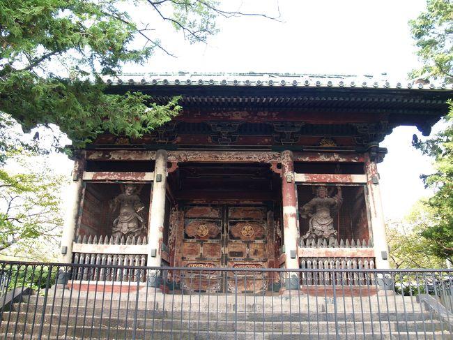 東京都港区芝公園3にある増上寺有章院霊廟二天門は有章院(7代将軍、徳川家継(宝永6 年(1709年)〜享保元年(1716年)))の有章院霊廟に8代将軍徳川吉宗が享保 2年(1717年)に建立したもので、日光の東照宮に劣らぬといわれるほどの豪華なものであったが、昭和20年(1945年)の東京大空襲によりこの二天門を残して焼失した。<br /> 現在では東京プリンスホテルの駐車場端に建っている。国指定重要文化財である。<br />(表紙写真は有章院霊廟二天門)