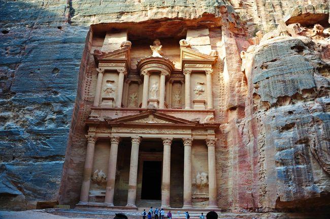 ペトラ遺跡(Petra)は、ヨルダンの首都アンマンから190kmほど南の山岳地帯にある遺跡です。<br />紀元前後にアラビア系遊牧民のナバテア王国の首都として、また通商の中継地として繁栄しました。<br />しかし、その後海路の発達により衰退し、7世紀には歴史から完全に消えてしまいました。<br /><br />砂に埋もれたこの遺跡が発見されたのは19世紀になってからです。<br />それまではベドウィン人の商人だけに知られる秘密の場所でした。<br />そんな神秘的なぺトラ遺跡に行ってきました。<br /><br />感想は「ふぅ~ん。これかぁ~」・・・・でした。<br />いやぁ~立派ですよ、凄いですよ。<br />でも、私が遺跡に興味があまりないのと写真やテレビで見た「まんまやん」だったからでしょうか。<br />感激~とまではいかなかったと言うのが正直な感想です。<br /><br />きっと色のせいも大きいと思います。<br />天候は晴れて爽やかで暑くもなし寒くもなしというちょうどいいお天気でしたがぺトラ遺跡で有名なエルハズネは谷合の開けた場所にあるので真夏のガンガンに暑い時期でないと日差しが弱く色が映えないのでしょうか。<br />真夏はヨルダンのうだる暑さで体力が付いていきません。<br /><br />ローズ色に輝くまぶしいぺトラを期待し過ぎたのでしょうか・・・・<br />世界の絶景を色々見てるので贅沢になってしまったのでしょうか・・・・<br /><br />いえいえ、勉強不足でぺトラ遺跡の偉大さが分ってなかったと思います(^^ゞ<br /><br />ぺトラ遺跡で日本の20歳の男の子と出会いました。<br />彼は来年3月に帰国予定でただ今世界1周旅行中。<br />アジアを周りヨルダン入り、この後トルコに行きヨーロッパに行くそうです。<br />ヨーロッパからはNY,西海岸とアメリカ横断後帰国するそうです。<br />息子より若い彼、当然母親の様な気持ちで心配になりヨーロッパの情報はないと言うのでホテルに呼んでパリの資料を渡しました。<br />風邪など引かず元気に旅してるのでしょうか・・・・<br /><br />ところでこの日からヨルダンでは1時間戻ります。<br />ワーエルが昨日ドライブの時にその話をしてたのですが昨日はロングドライブで私も疲れておりいい加減に聞いてましたが1時間の時差がある事は分かりました。<br />食事の時にその話を思い出したのでホテルの方にその話をして12時に時計を合わせず今合わせたいから何時?と聞いたら1時間進んだ時間を教えてくれました。<br /><br />そして翌朝、ウェイクアップコールを5時にお願いしたのに電話が鳴らず、たまたま目が覚めて時計を見たら6時。<br />慌てて用意をしてフロントで文句を言いに行ったらまだ4時でした。<br /><br />1時間進むのではなく戻るので2時間の誤差が出来たわけです。<br />ですよね・・・・<br />冬に向かう地域だからサマータイムが終わるなら1時間遅くなります。<br />自分で考えたら時間の辻褄が合わないはずですが、聞いた方が早いと思ったのが間違いでした。<br />しかしホテルの従業員も分かってないとは・・・・フロントで昨夜の話をし文句は言いました。<br /><br />その日のディナーの時フロントから何か言われたのか、自発的にか分かりませんがその彼が「昨夜はごめんね~」と言ってきました。<br />家に帰って奥さんから1時間戻る事を言われて私には逆を言った事に気が付いたそうです。<br /><br />サマータイムが終りは何月何日からという括りではなく、新月からなので毎年違うらしいのです。<br />毎年違うとはいえ、観光業ですから時間は正確に!です。<br /><br />ホテルの支配人からご利用有難うございますのお決まりの電話が夜にありました。<br />支配人も私が「ステキな滞在だったわ」とお決まりの挨拶で終わると思ったでしょうがこの件はしっかりと言わせてもらいました。<br />支配人からお目玉があったのか翌朝の彼は少し微妙な感じでした・苦笑