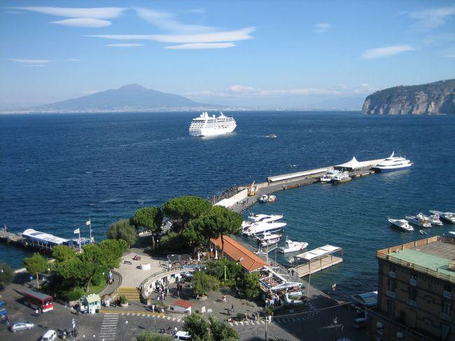 ナポリ民謡で有名なソレントは、船や鉄道やバスなどの窓口的な街ですが、思った以上にリゾート感たっぷり。<br /><br />これからソレントに行かれる方や、「帰れソレント」がお好きな方などの、何かお役に立ちますように。<br /><br />★ちなみに、今回の一人旅は、<br />ナポリ→プローチタ島→カプリ島→ソレント→ポジターノ→アマルフィ→ラヴェッロ→サレルノ→フィレンツェ→ピサ→ローマ→モスクワの旅の一部です。<br />良かったら、他の旅も見てください。