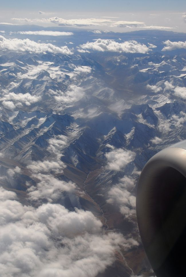 10月16日。<br />9月10日に広州を出て今日で36日になります。<br />西安と敦煌を経由し、新疆へと訪れた長旅も今日で終わります。<br />今こうして飛行場へと向かっていると、西安や敦煌の旅が別の時期だったかのように思えてなりません。<br />それだけ新疆での時間が長かった事と、色んな事が有ったせいでしょうね。<br /><br />感傷に浸る前に、先ずは今日のフライトがどうなるか・・・ですね。<br />先日も話をしましたように、予約しただけなのに、「もう切符を買ってあるので取りに来い。来ないなら飛行機に乗れないよ」と嚇かしてきた旅行会社が、実際どんな行動に出るのか。<br />しかし今の時代、そんな面倒なコトしているよりも、他の顧客を相手にした方が有益でしょうから、単に悔しくて捨て台詞を吐いただけだと思うのですが、まあ、今日の飛行場行きは、喀什行きで知り合った女性がご夫婦で、車を出してくれた小叶や韓さん(車には専属の運ちゃんが居ます)も入れると、5人の見送りが来て呉れています。何よりも、空港なのですから何とでもなるでしょうし、余り考えずに空港へと向かうのでした。