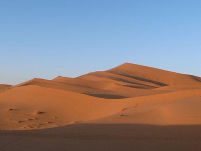 エルフードから約1時間、メルズーガのシェビ大砂丘に到着です。砂丘のすぐ前に、オーベルジュと呼ばれる砂漠の宿が並び、屋外でベルベル人たちとともにキャンプを張ることもできます。砂漠でのメインイベントは、ラクダに乗って砂丘をのぼり、てっぺんから朝日をながめること。あたり一面オレンジ色の砂漠、地平線から次第に光が差してくる様子は、まさに感動的です…! 夜天気が良ければ、信じられないくらいたくさんの星を見ることもができます。