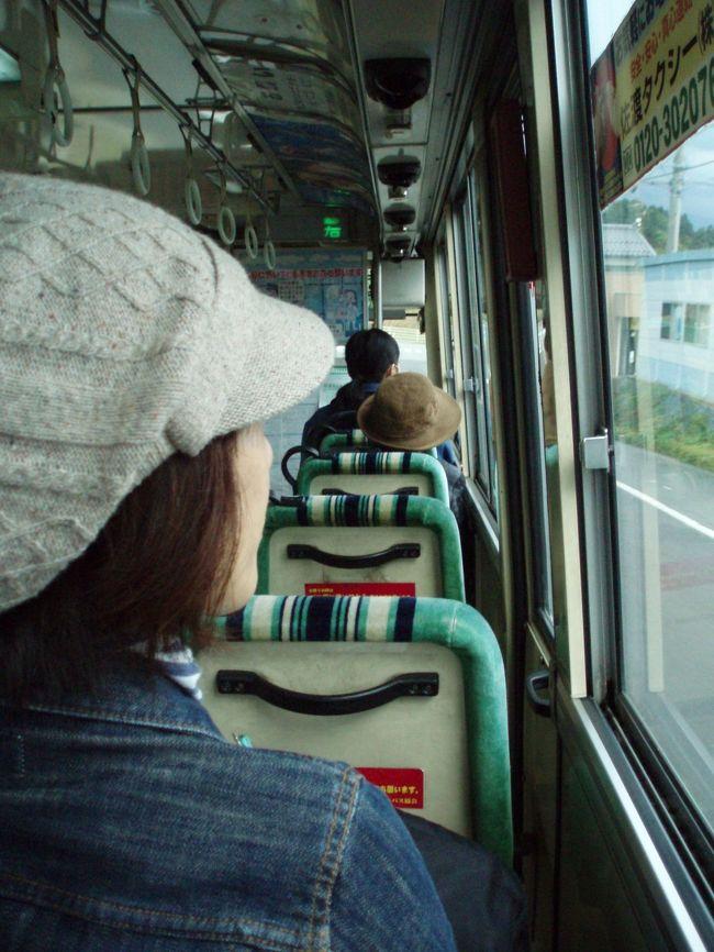 フェリーと宿泊のパックを利用して1泊2日の佐渡旅行してきました。<br />観光のハイシーズンを終えて落ち着いた佐渡を路線バスからのぞいてきました。