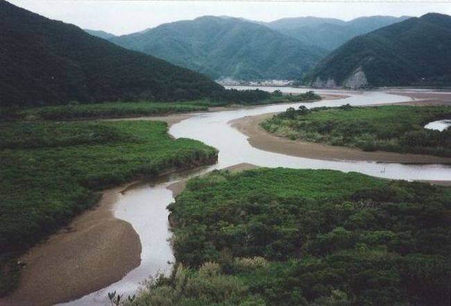 弾丸海外の旅、マニアックな国内の旅を好む私ですが、<br /><br />国内の離島も、かなり訪れています。<br /><br />今回は、鹿児島県の奄美大島をご紹介します。<br /><br />大阪出張のついでに足を伸ばしてみました。<br /><br /><br />★離島シリーズ<br /><br />中之島(2015)<br />http://4travel.jp/travelogue/11108796<br />宝島(2015)<br />http://4travel.jp/travelogue/11108467<br />渡鹿野島(2015)<br />http://4travel.jp/travelogue/11104558<br />軍艦島(2015)<br />http://4travel.jp/travelogue/11067774<br />座間味島(2014)<br />http://4travel.jp/travelogue/11012275<br />直島(2011)<br />http://4travel.jp/traveler/satorumo/album/10563266/<br />沖縄本島(2010)<br />http://4travel.jp/traveler/satorumo/album/10475825/<br />http://4travel.jp/traveler/satorumo/album/10474837/<br />http://4travel.jp/traveler/satorumo/album/10474238/<br />石垣島(2010)<br />http://4travel.jp/traveler/satorumo/album/10474600/<br />舳倉島(2009)<br />http://4travel.jp/traveler/satorumo/album/10421387/<br />的山大島(2008)<br />http://4travel.jp/traveler/satorumo/album/10433086/<br />見島(2008)<br />http://4travel.jp/traveler/satorumo/album/10434165/<br />田代島(2008)<br />http://4travel.jp/traveler/satorumo/album/10438629/<br />神島&答志島(2007)<br />http://4travel.jp/traveler/satorumo/album/10450551/<br />小豆島(2006)<br />http://4travel.jp/traveler/satorumo/album/10470626/<br />池島(2006)<br />http://4travel.jp/traveler/satorumo/album/10471632/<br />沖縄本島(2006)<br />http://4travel.jp/traveler/satorumo/album/10470372/<br />北大東島&南大東島(2006)<br />http://4travel.jp/traveler/satorumo/album/10469581/<br />奄美大島(2002)<br />http://4travel.jp/traveler/satorumo/album/10622392/<br />父島(2001)<br />http://4travel.jp/traveler/satorumo/album/10573810/<br />与論島(2001)<br />http://4travel.jp/traveler/satorumo/album/10574236/<br />沖永良部島(2001)<br />http://4travel.jp/traveler/satorumo/album/10574247/<br />久米島(2001)<br />http://4travel.jp/traveler/satorumo/album/10574251/<br />渡名喜島(2001)<br />http://4travel.jp/traveler/satorumo/album/10575373/