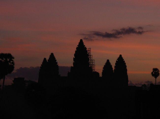 【朝焼けのアンコールワット】<br /><br />16日間で、ベトナム(ハノイ・フエ・ホイアン・ホーチミン)、カンボジア(プノンペン・シェムリアプ)、マレーシア(クアラルンプール・マラッカ)・シンガポール・インドネシア(ジャカルタ・ジョクジャカルタ・ブロモ・バリ島)を駆け回りました。<br /><br />JALのマイレージにて、成田-ハノイ、デンパサール-成田の航空券を確保。<br /><br />ハノイ-フエは夜行列車、フエ-ホイアンはバス、ホイアンからタクシーでダナンへ移動後空路でホーチミン(Jetstar)へ。<br /><br />ホーチミン-プノンペン-シェムリアプはバス、<br /><br />シェムリアップ-クアラルンプールは AirAsia、クアラルンプール-マラッカ-シンガポールはバス、<br /><br />シンガポール-ジャカルタは AirAsia、ジャカルタ-ジョクジャカルタはガルーダインドネシア航空、ジョクジャカルタ-ブロモはバス、ブロモ-バリ島はバス・フェリーで移動しました。<br />
