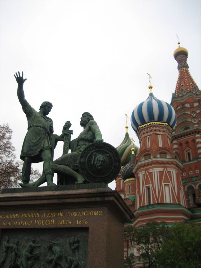 曇り空でも魅力的な赤の広場とクレムリンに行ってきました。<br /><br />10月中旬でしたが、雪がちらついてるよ?。<br />あたたかいイタリアから移動してきた私は、きっとモスクワで一番薄着でした。<br />さておき。<br /><br />これから、赤の広場やクレムリンあたりに行かれる方の何かお役に立ちますように。<br /><br />★ちなみに、今回の一人旅は、<br />ナポリ→プローチタ島→カプリ島→ソレント→ポジターノ→アマルフィ→ラヴェッロ→サレルノ→フィレンツェ→ピサ→ローマ→モスクワの旅の一部です。<br />良かったら、他の旅も見てください。