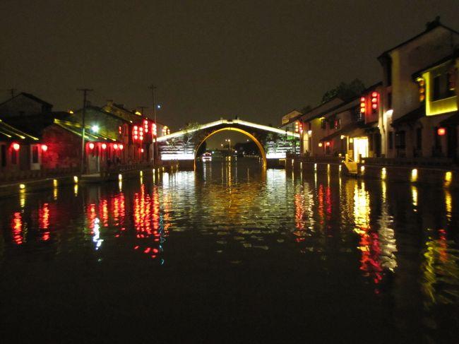 ロク直は、2500年以上の歴史を持つ小さな水郷の町です。運河がめぐる旧市街の面積はわずか1k?余りで、散策しながら古い町並みや運河、古い橋など、昔ながらの風情を満喫することができます。ロク直は古くから江南の「橋の都」と讃えられ、古鎮エリアには、宋・元・明・清時代の石橋がもともと72基存在したという。現在はそのうち41基が残っており、それぞれ異なる形で、特色を持っています。ロク直古鎮を訪れれば、古代の橋の博物館を参観したも同じだと言わしめています。<br /><br />無錫は、太湖の畔に開けた、人口470万人の水郷都市です。殷末期に築かれた句呉国が町の始まりです。呉の時代には、錫の産地として知られ、漢時代にその鉱脈が尽きたことから「無錫」と名付けられたという。隋の時代に京杭大運河が開通し、無錫の運河は「商人が往来、船が絶えず」という盛況でした。明・清時代には、無錫周辺は全国の穀倉地帯になります。清時代半ばには、無錫は「布の埠頭」と称され、漢口の「船の埠頭」、鎮江の「銭の埠頭」と一緒に、長江の「三埠頭」と呼ばれました。<br /><br />無錫の太湖の畔には、映画「三国志」の撮影に使われた「三国城」や「水滸伝」のドラマ撮影のために造られた「水滸城」などのテーマパークがあり、南禅寺周辺が再開発されショッピングセンターとして生まれ変わっています。また、太湖と繋がる蠡湖の周囲は、長広渓湿地公園の整備が進んでおり、蠡湖と太湖の水質改善と生態系の改善を目指しています。無錫は近年、新旧の魅力を合わせ持った観光地として注目されています。<br /><br />無錫といえば、尾形大作が歌って大ヒットした、「無錫旅情」がすぐ思い浮かぶ人も多いと思います。<br /><br />      アアア アアアア ア<br /><br />   「君の知らない 異国の街で 君を想えば 泣けてくる<br />    俺など忘れて 幸せつかめと チャイナの旅路を 行く俺さ<br />    上海蘇州と 汽車に乗り 太湖のほとり 無錫の街へ」<br /><br />   「船にゆられて 運河を行けば ばかな別れが くやしいよ<br />    あなたに愛して あなたに燃えてた 命をかけたら できたのに<br />    涙の横顔 ちらついて 歴史の街も ぼやけて見える」<br /><br />   「昔ながらの ジャンクが走る はるか小島は 三山か<br />    鹿頂山から 太湖を望めば 心の中まで 広くなる<br />    ごめんよも一度 出直そう こんどは君を 離しはしない」<br /><br />          アー<br />
